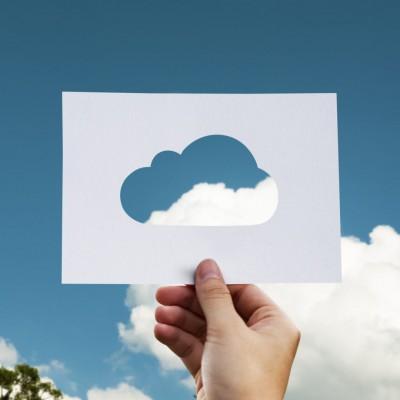 Ausgeschnittene Wolke aus Papier vor dem Himmel mit Wolken