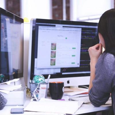 Mitarbeiterin vor einem Mac