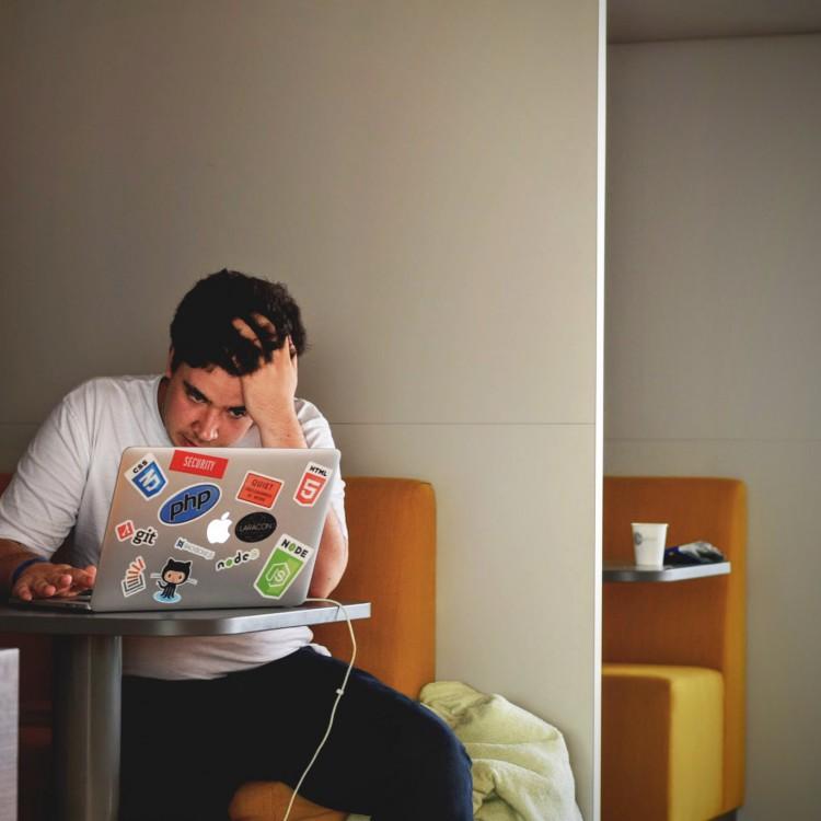 Verzweifelter Onlinekursteilnehmer welcher auf der Suche nach dem richtigen Onlinekurs ist