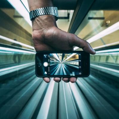 Smartphone zeigt eine Rolltreppe die die Geschwindigkeit der Digitalisierung verdeutlichen soll