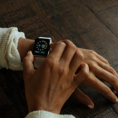 Smartwatch welche gerade einhändig bedient wird