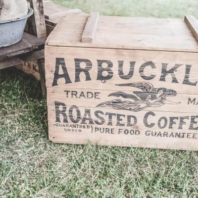 Holzkiste mit Branding welche im Kontrast zu digital Branding stehen soll