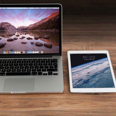 Macbook, iPad und iPhone nebeneinander auf einem Holztisch