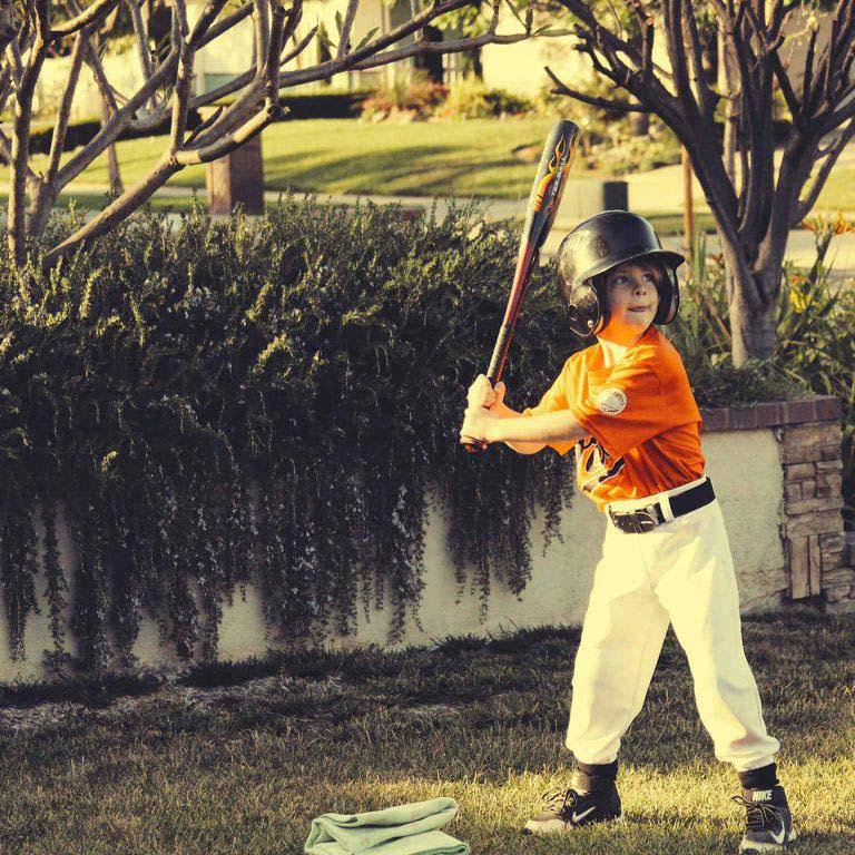 Baseball spielendes Kind welches sehr angestrengt schaut