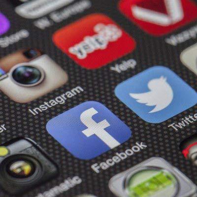 Verschieden Social Media App Icons auf einem Smartphone